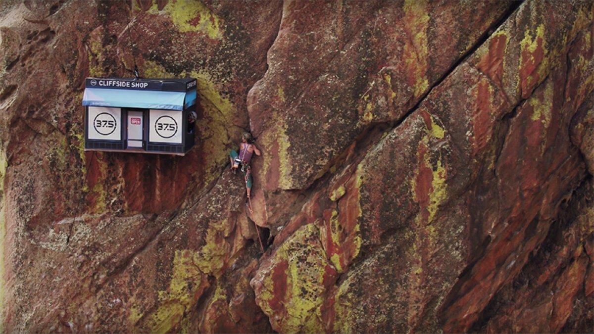 В США на отвесной скале открыли магазин для альпинистов