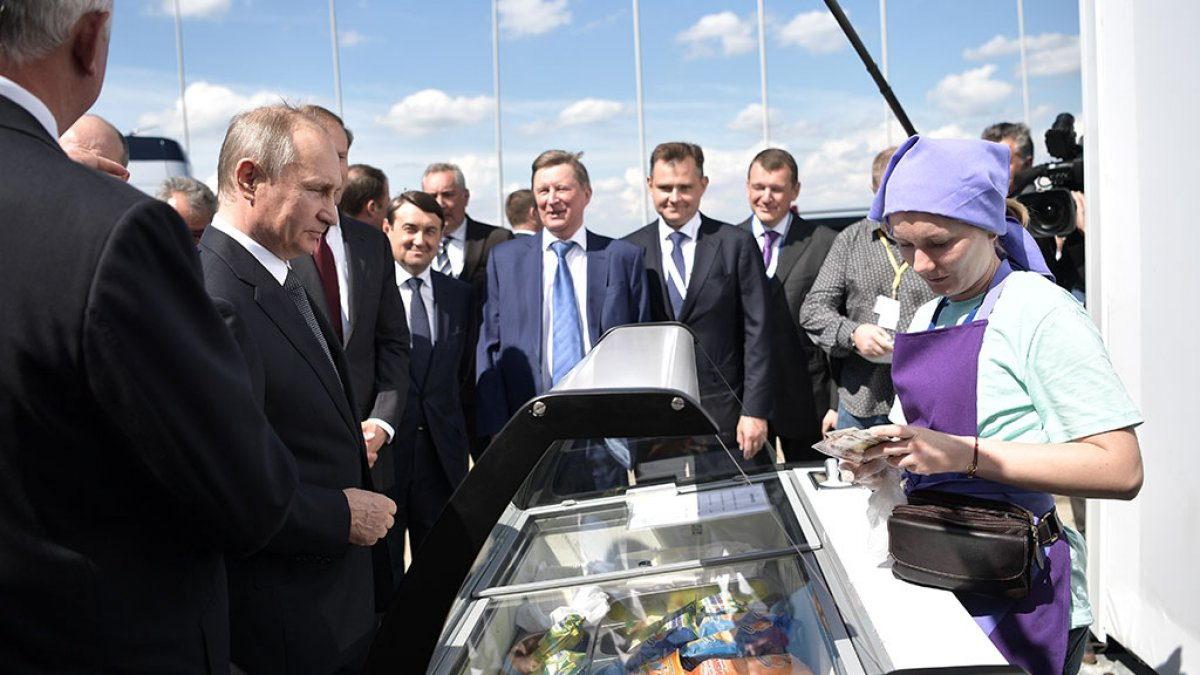 Президента России на МАКСе заинтересовало мороженое