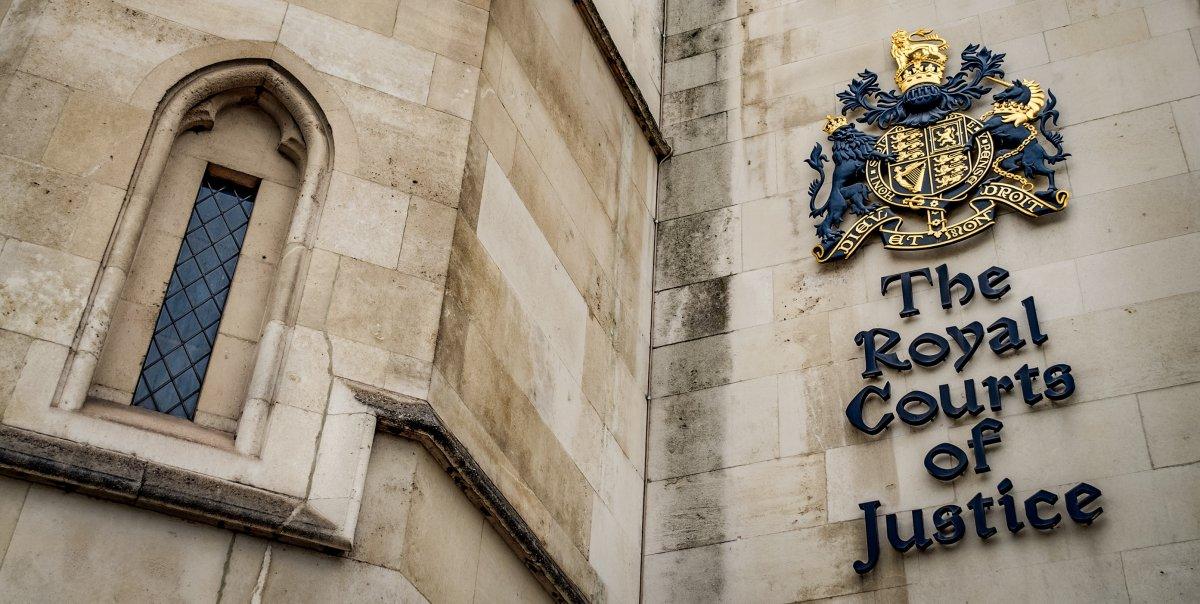 Двух лондонцев судят за кражу бесплатных газет