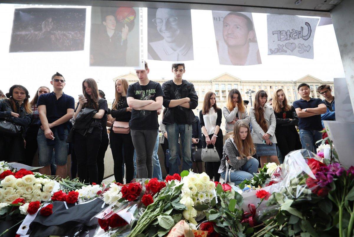 Фанаты «Linkin Park» несут цветы к посольству США в Москве
