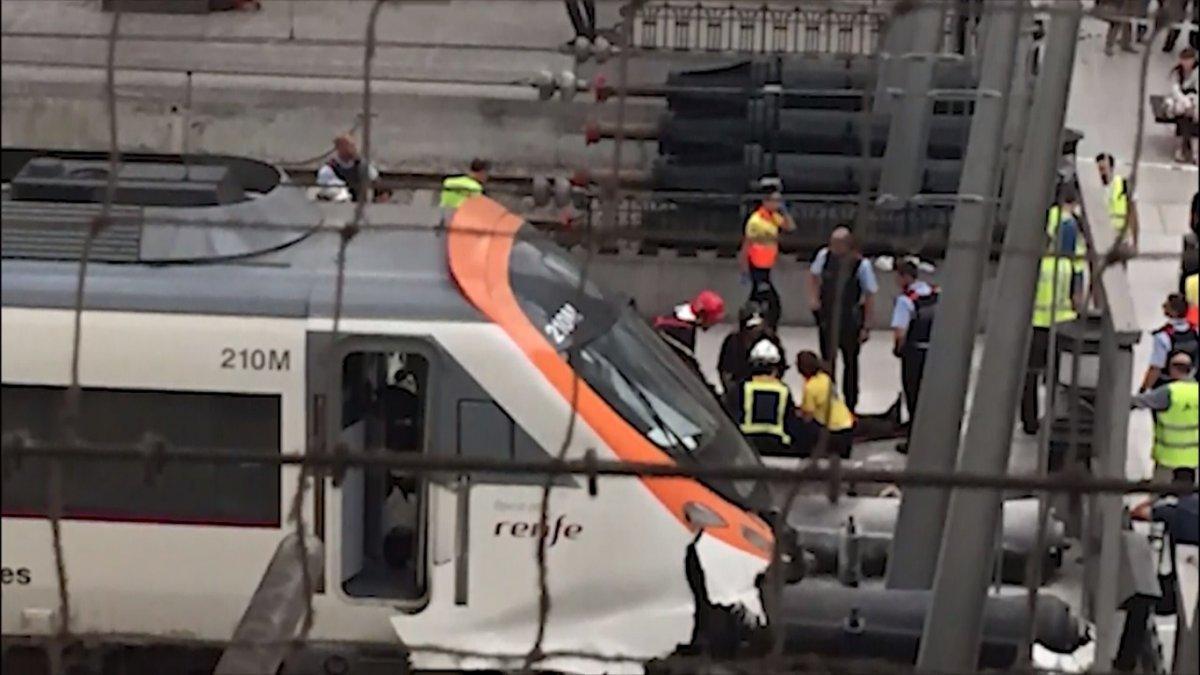 Не менее 48 человек пострадали при аварии поезда в Барселоне