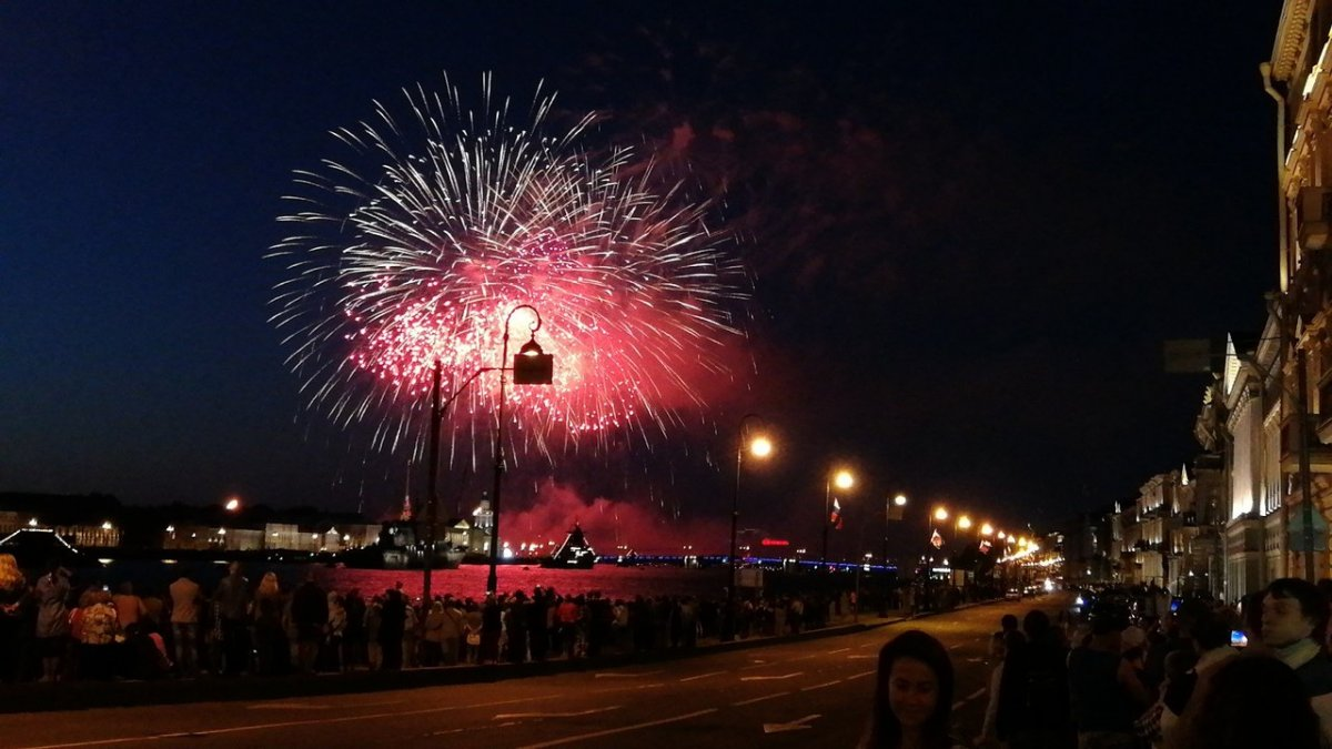 В Петербурге торжественный салют завершил День ВМФ