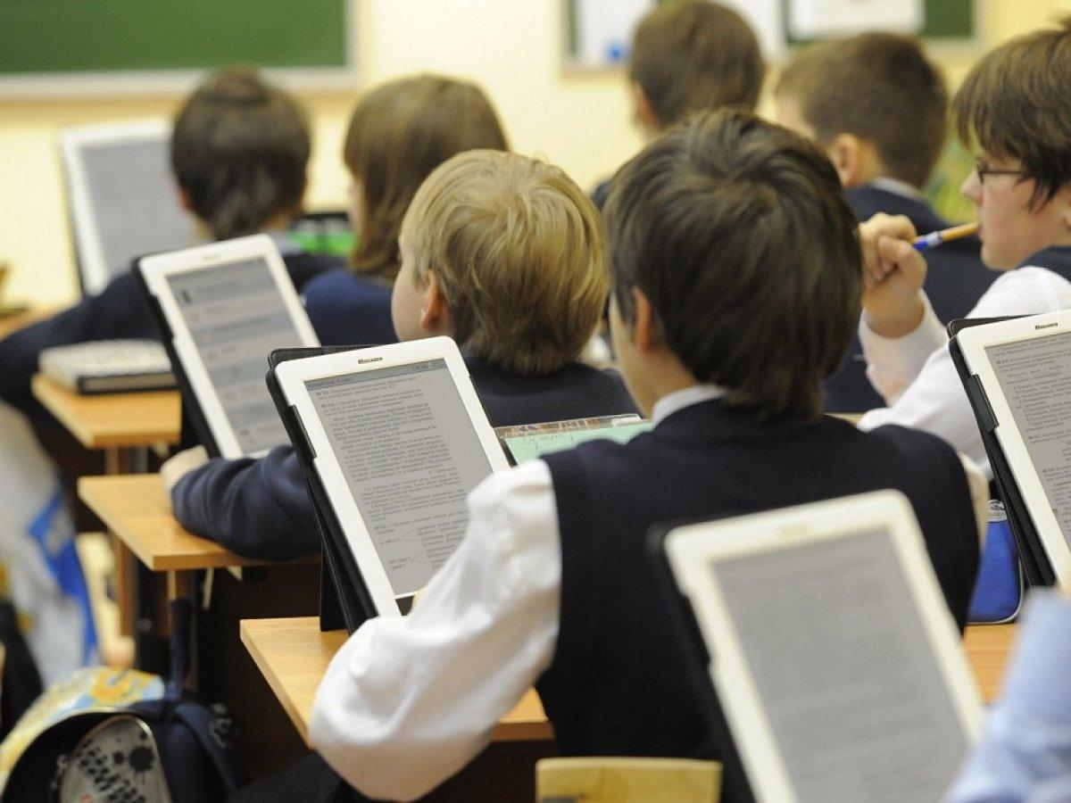 Почти 100 школ Екатеринбурга получили планшеты для учебы