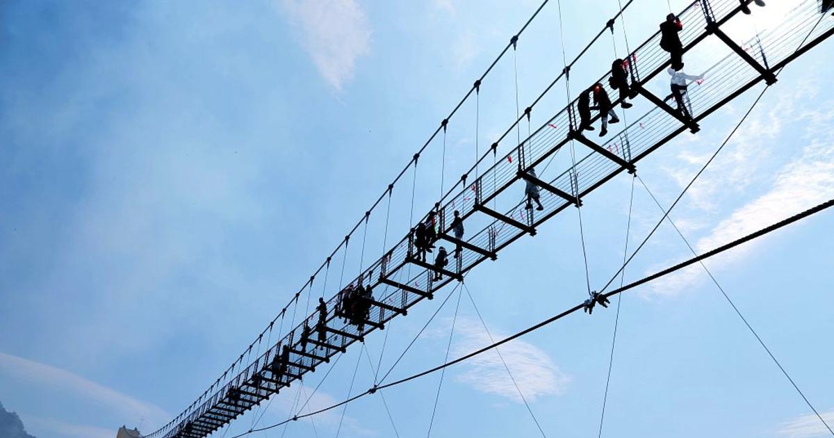 В Китае открыли самый страшный стеклянный мост