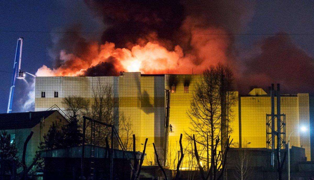 """Трагедия в ТЦ """"Зимняя вишня"""" в Кемерове: пожар все еще тушат"""