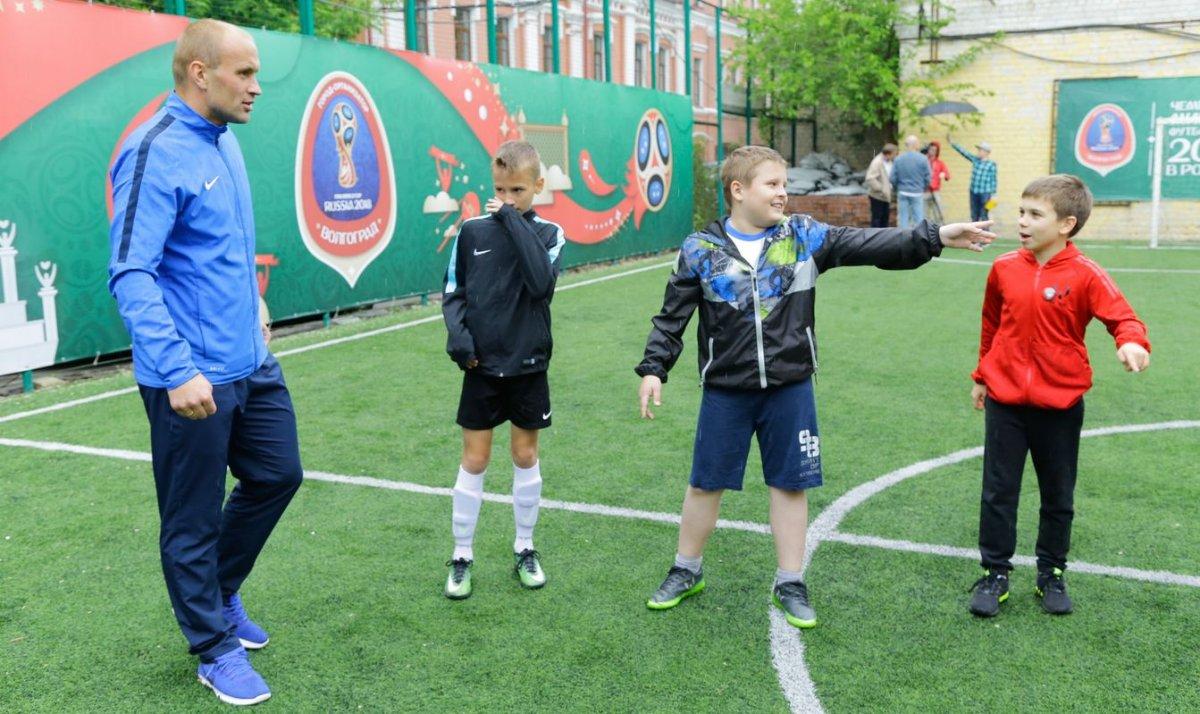Сегодня столичных школьников навещают известные футболисты