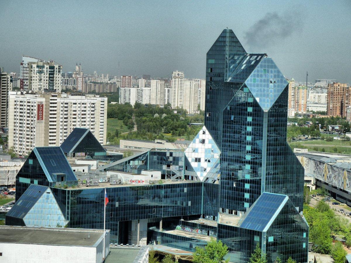 Самую известную «заброшку» Москвы – «Кристалл» – достроят?