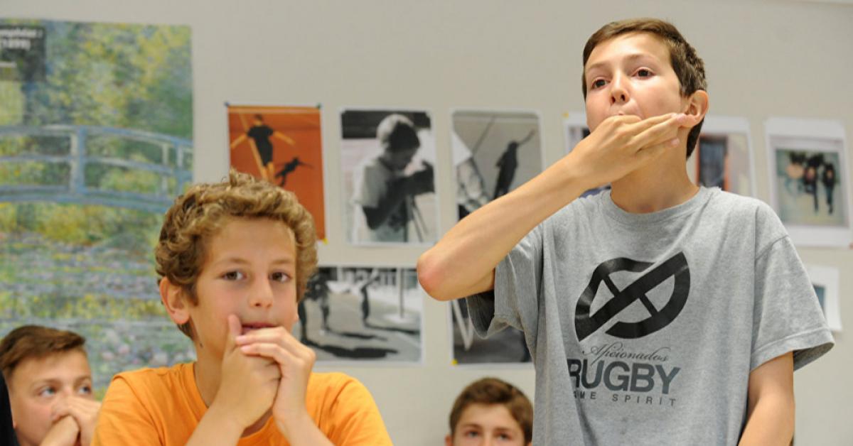 В школах Франции с нового учебного года будут запрещены мобильные телефоны