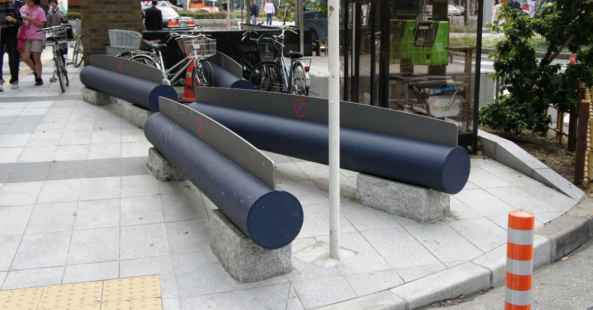 В Японии появились необычные скамейки