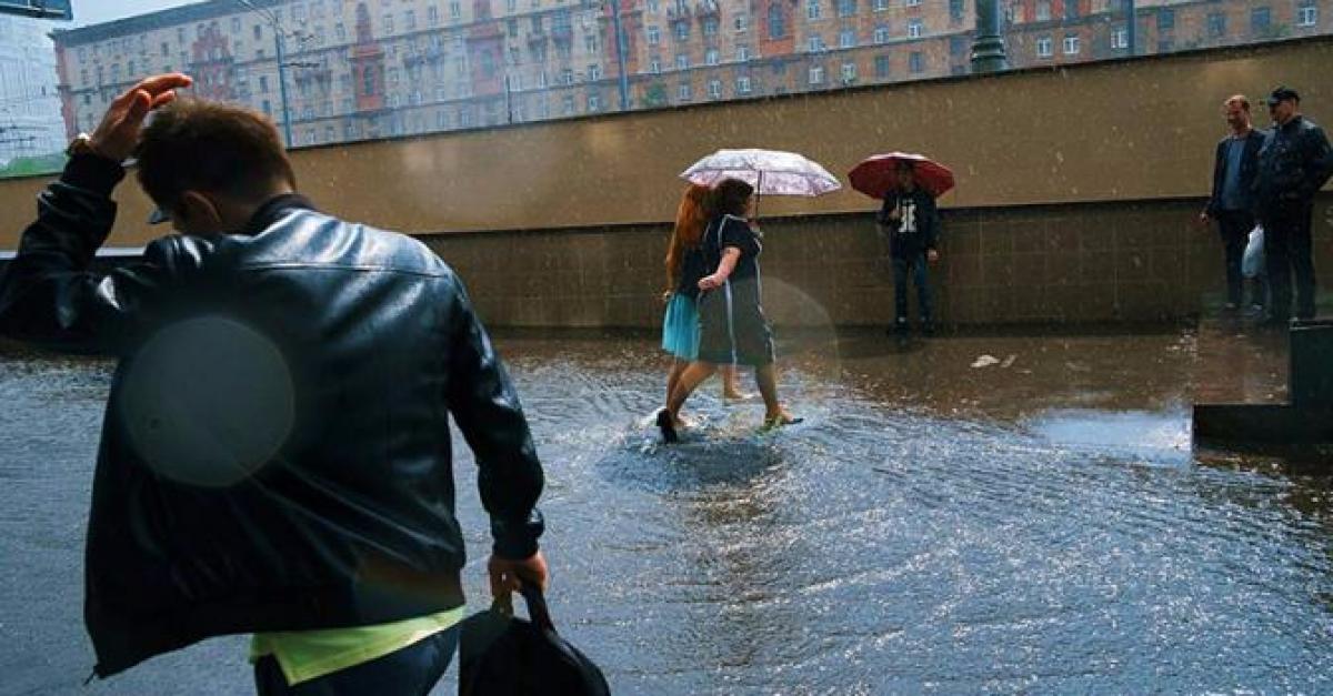 Непогода в пятницу обрушила на Москву почти месячную норму осадков