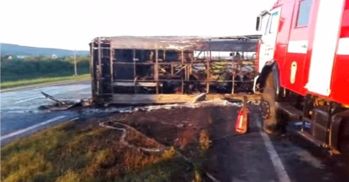 У автобуса в Татарстане при столкновении с тягачом оторвало переднее колесо