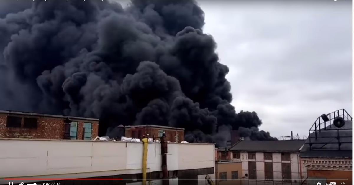Пожар на заводе в Петербурге тушит вертолёт МЧС