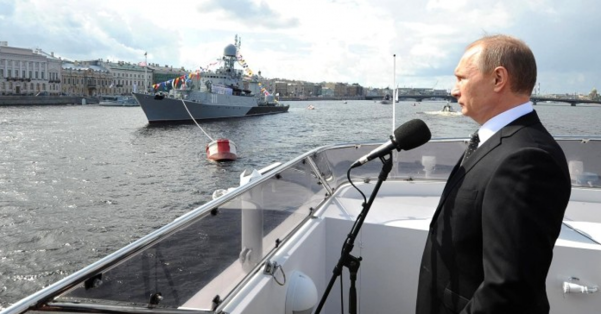 Владимир Путин принял парад ВМФ на Неве
