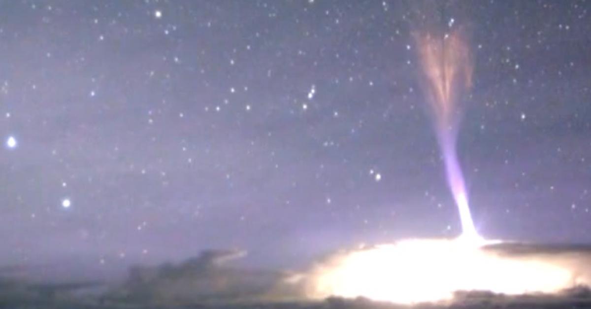 Молния из космоса. Редчайшее природное явление удалось снять на пленку