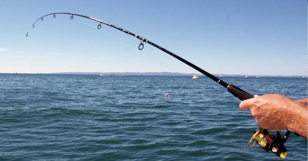 Пьяная девушка клюнула на удочку рыболова