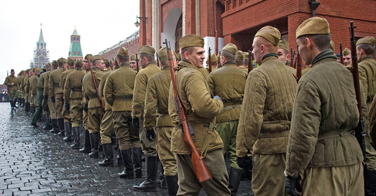 В Москве прошел марш в честь 76-й годовщины военного парада 7 ноября 1941 года