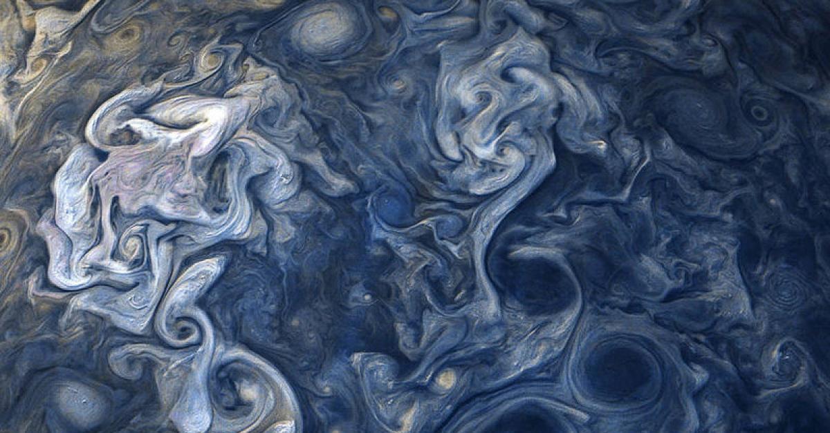 NASA опубликовало необычные фотографии облаков Юпитера