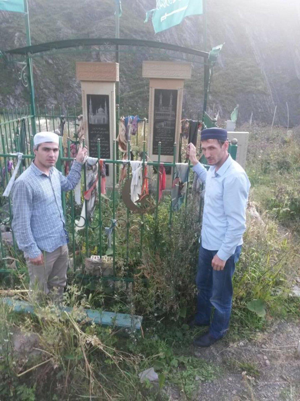 Ректор Дагестанского гуманитарного института Магомед Магомедов, находясь в рабочей поездке, посетил родовое село первого ректора Максуда Садикова - Арчиб
