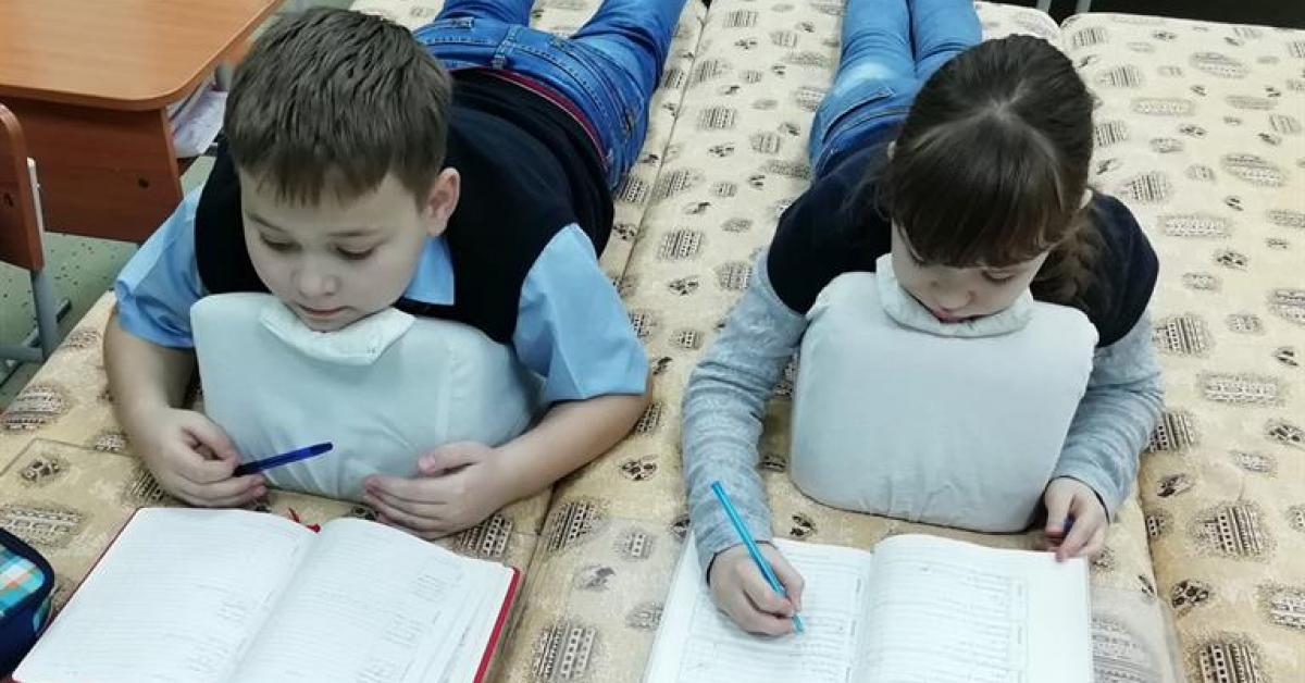 Школьники из Красноярска на уроках могут лежать