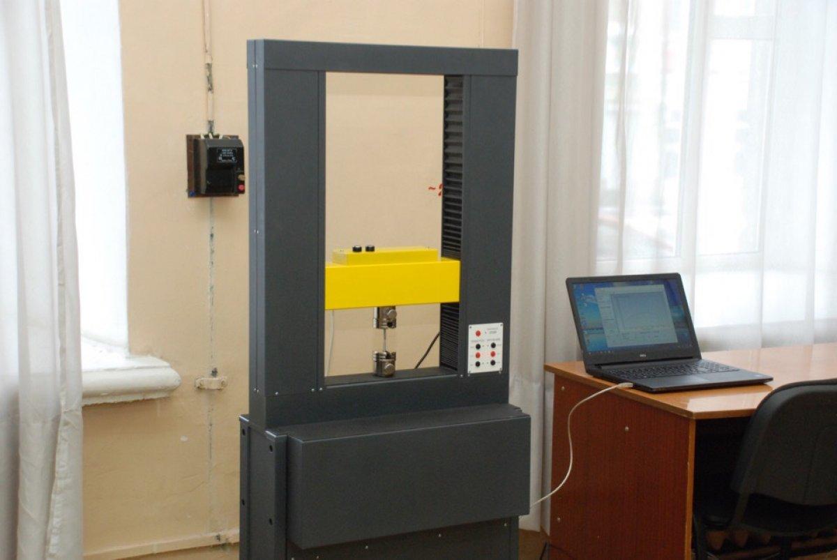 В Сызранском филиале СамГТУ продолжается обновление лабораторного оборудования. Так, в лаборатории сопротивления материалов кафедры «Инженерные дисциплины» (зав. кафедрой - доц. А. А. Уютов) появилась новая машина – стенд испытательный МИ-40 КУ