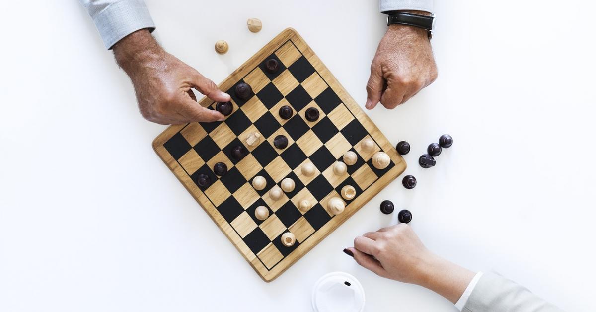 Гроссмейстер представляет новый учебник по шахматам