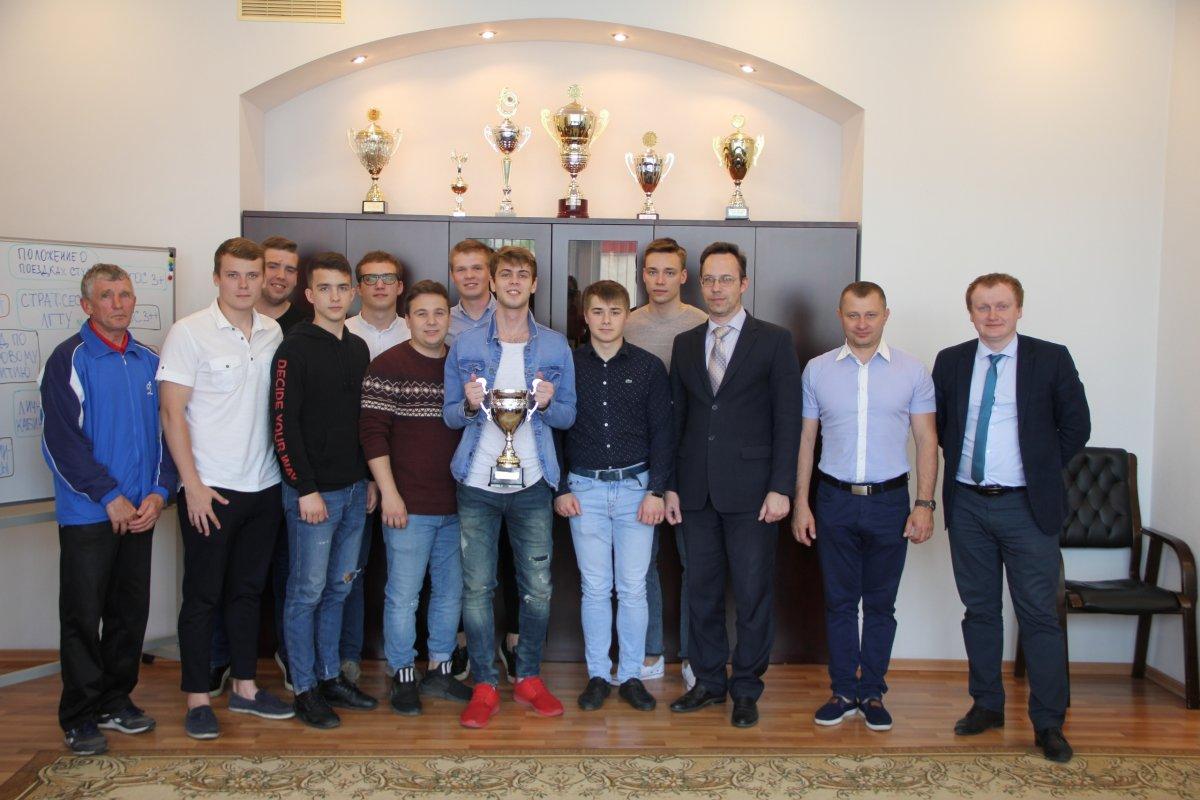 ⚽⚽⚽Сборная ЛГТУ, победившая в турнире «Мини-футбол в вузы!» в Серебряной лиге вернулась в Липецк. Команда участвует в турнире шесть лет и в этом году стала 🥇победителем первого дивизиона