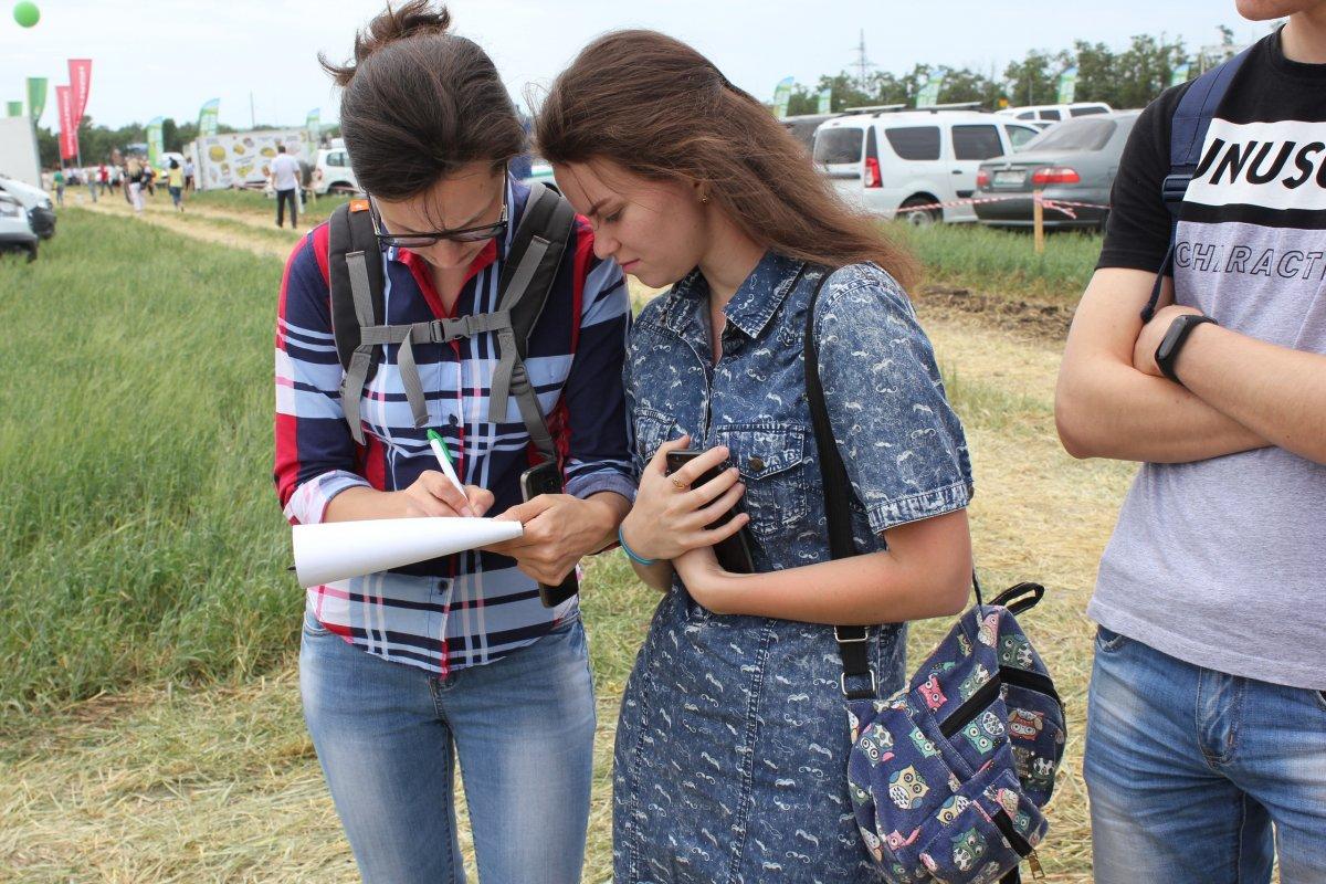 6 июня на территории Зерноградского района прошел традиционный День Донского поля. На масштабной экспозиции были представлены передовые достижения сельхозотрасли. На одной площадке встретились специалисты-растениеводы
