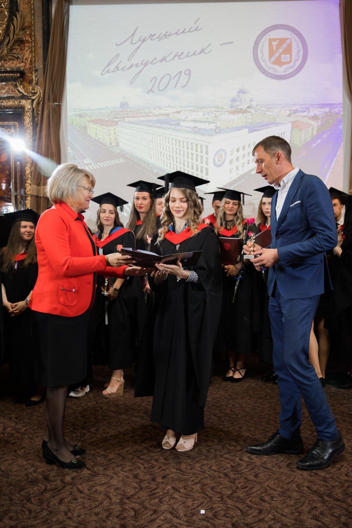 В 2019 году Санкт-Петербургский университет технологий управления и экономики выпустил более 2300 молодых специалистов. Среди них: 610 экономистов