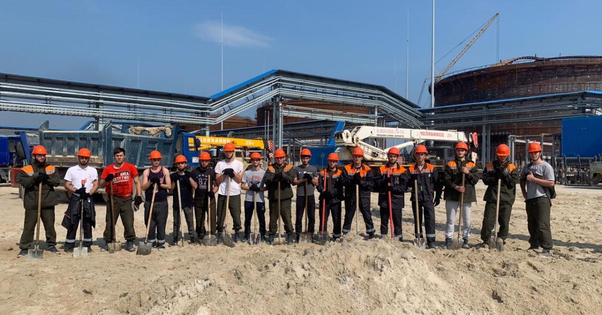 Студенты строят нефтеперекачивающую станцию
