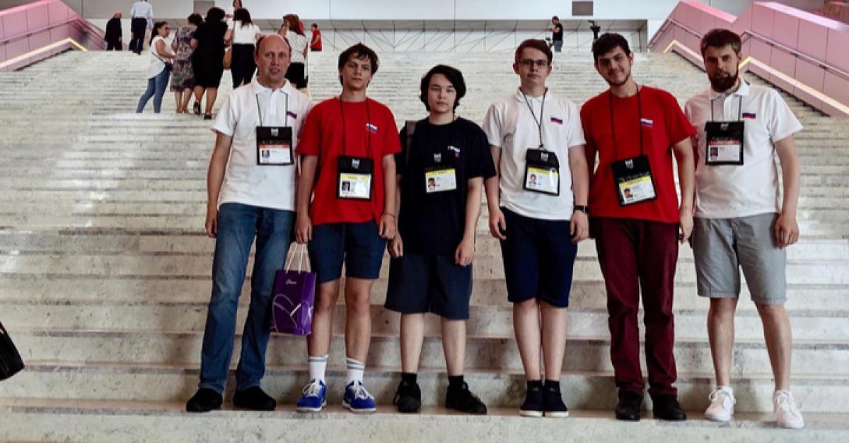 Школьники из РФ везут «золото» с Международной олимпиады по информатике