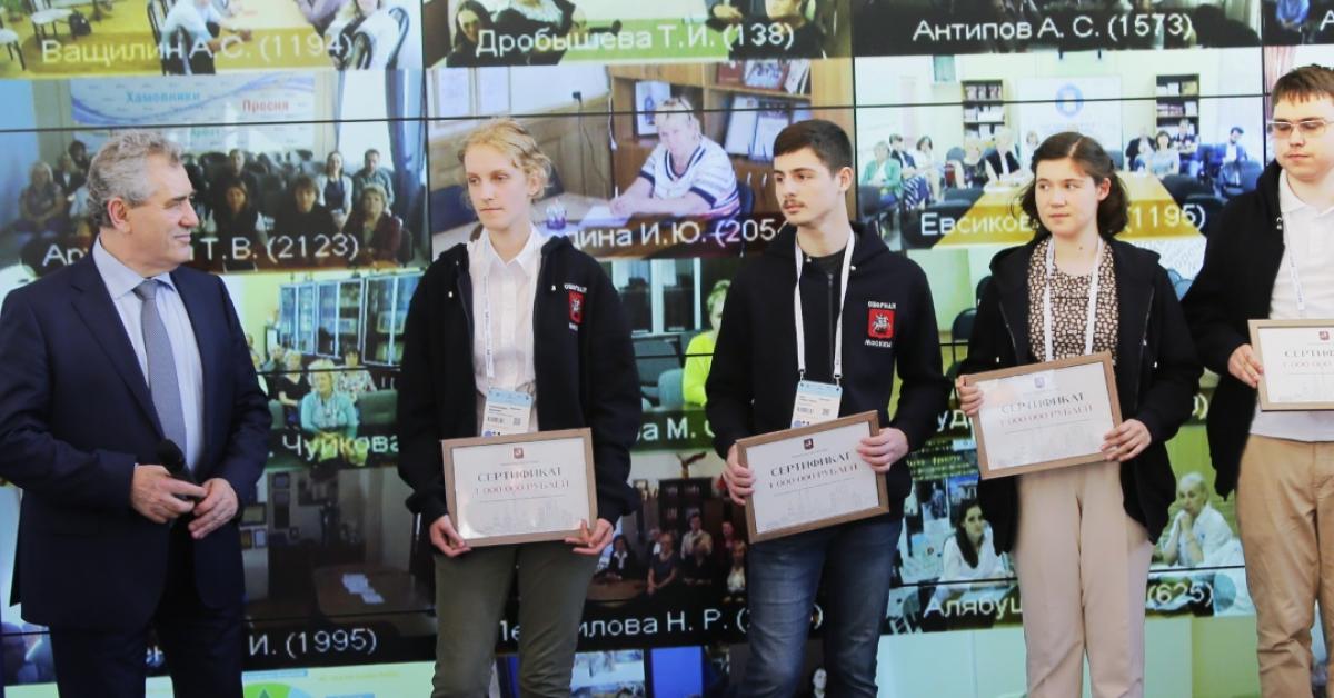 Школьники-победители международных олимпиад получили по 1 500 000 рублей