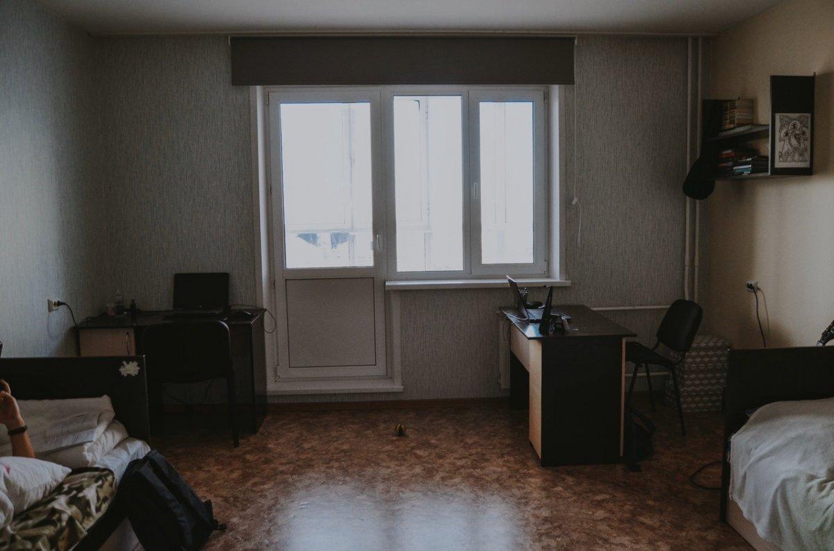 В 21-ом общежитии для нашего фотографа Алёны Скуратовой устроили такой же тёплый приём, как и погода сегодня за окном. Поэтому в кадр попала лишь пара студентов, остальные наслаждаются осенними прогулками 🤗