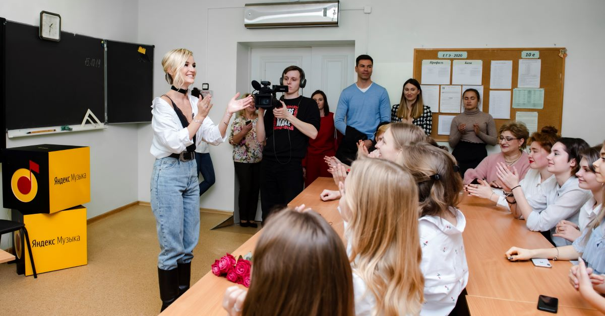 Певицы Полина Гагарина и Ёлка провели уроки музыки в московских школах