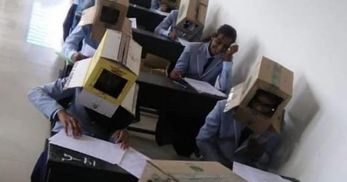 Экзамен с коробками на головах написали студенты в Индии