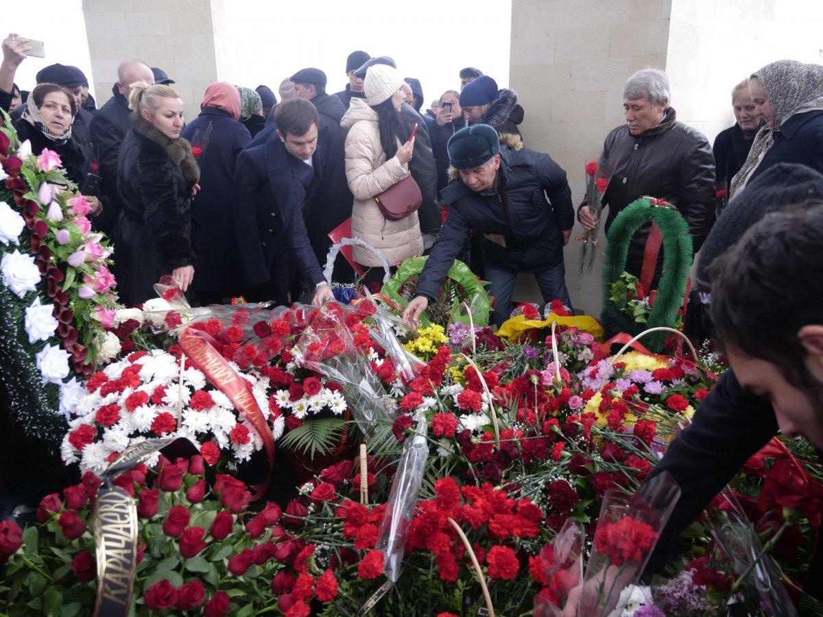 Профессорско-преподавательский состав и студенты КЧГУ во главе с ректором Таусолтаном Узденовым приняли участие в траурном митинге, посвященном 76 годовщине депортации карачаевского народа.