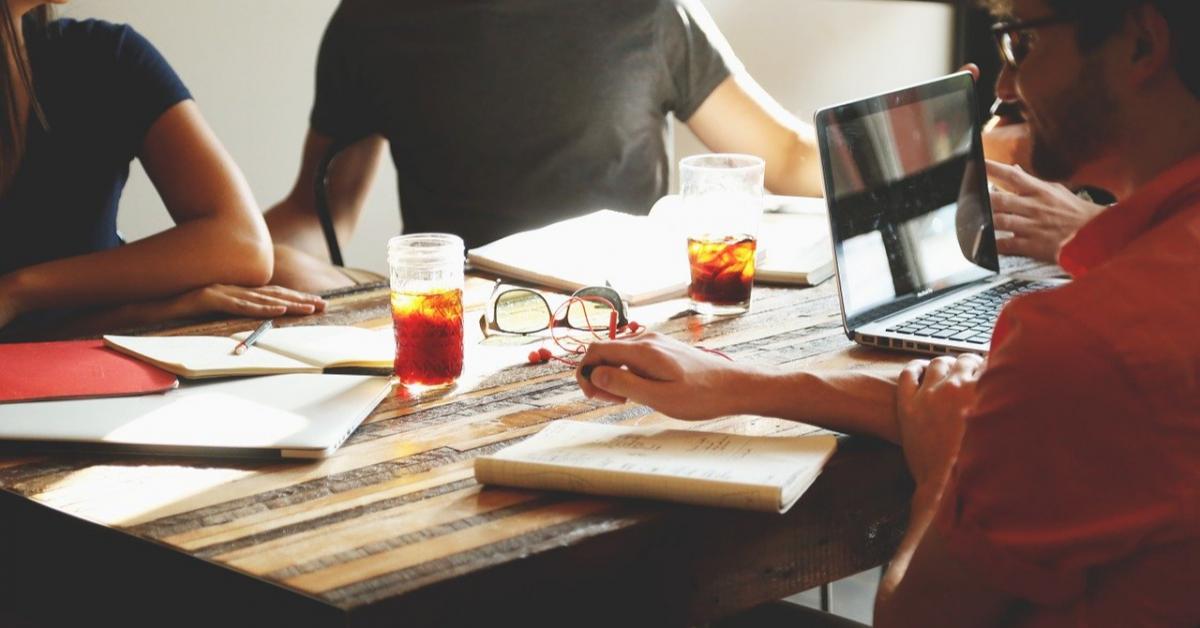 Какие специалисты чаще всего дружат с коллегами?