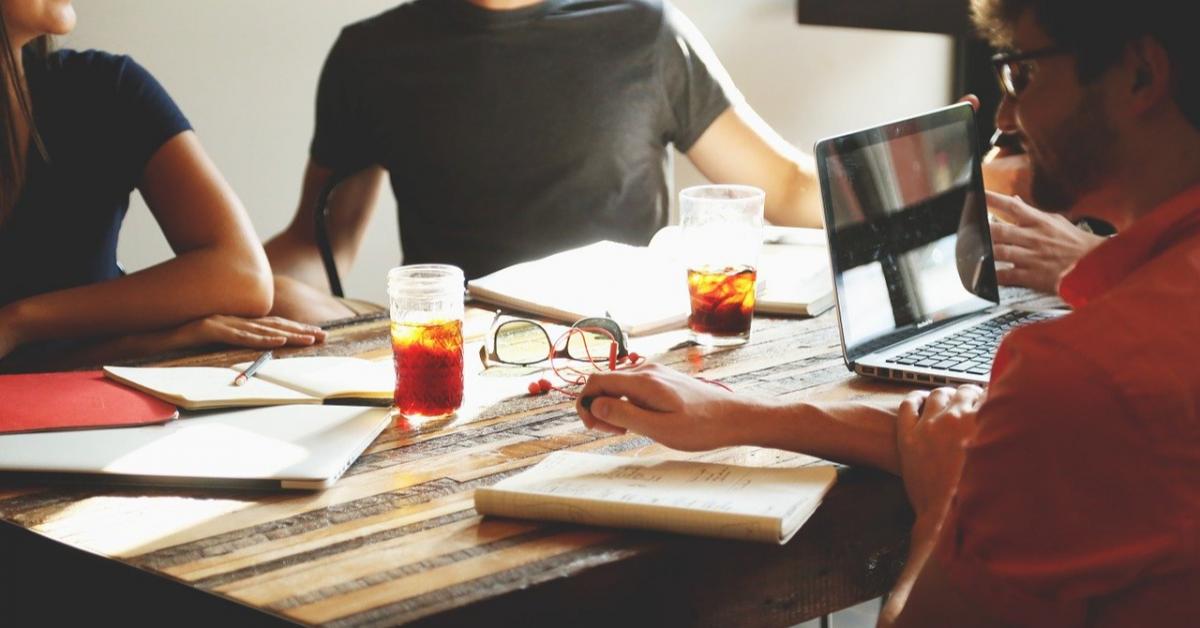 Молодые люди хотят вернуться на работу в офис