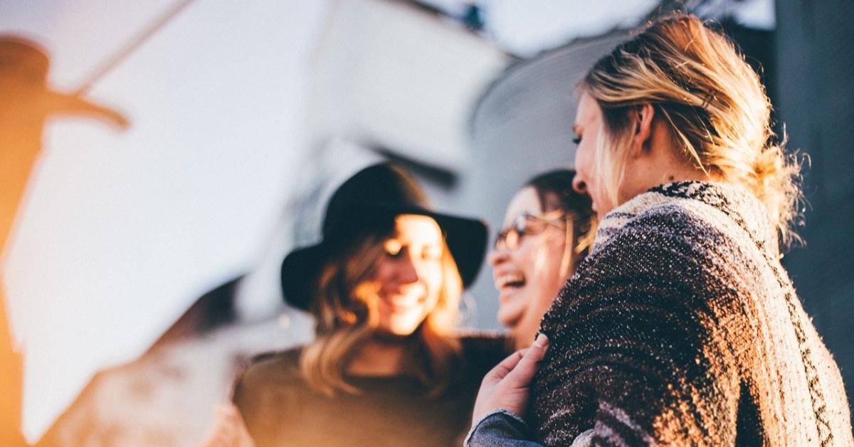 Исследование: друзья делают людей более счастливыми, чем семья