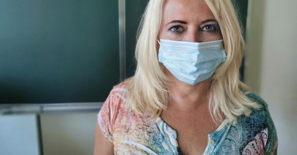 Учителям рекомендовали носить маски постоянно