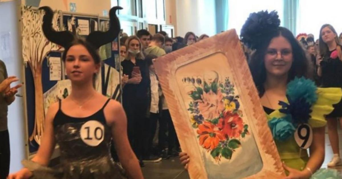 Дефиле в вечерних платьях из газет и фольги прошло в московской школе