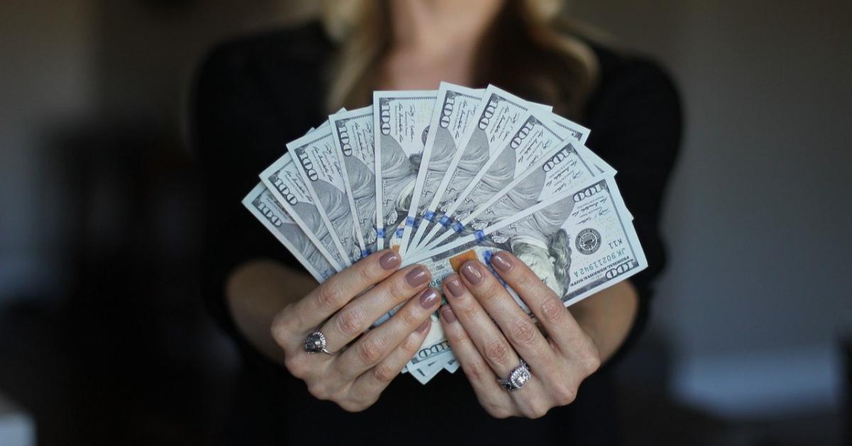 17% российских женщин скрывают от мужей размер своей зарплаты